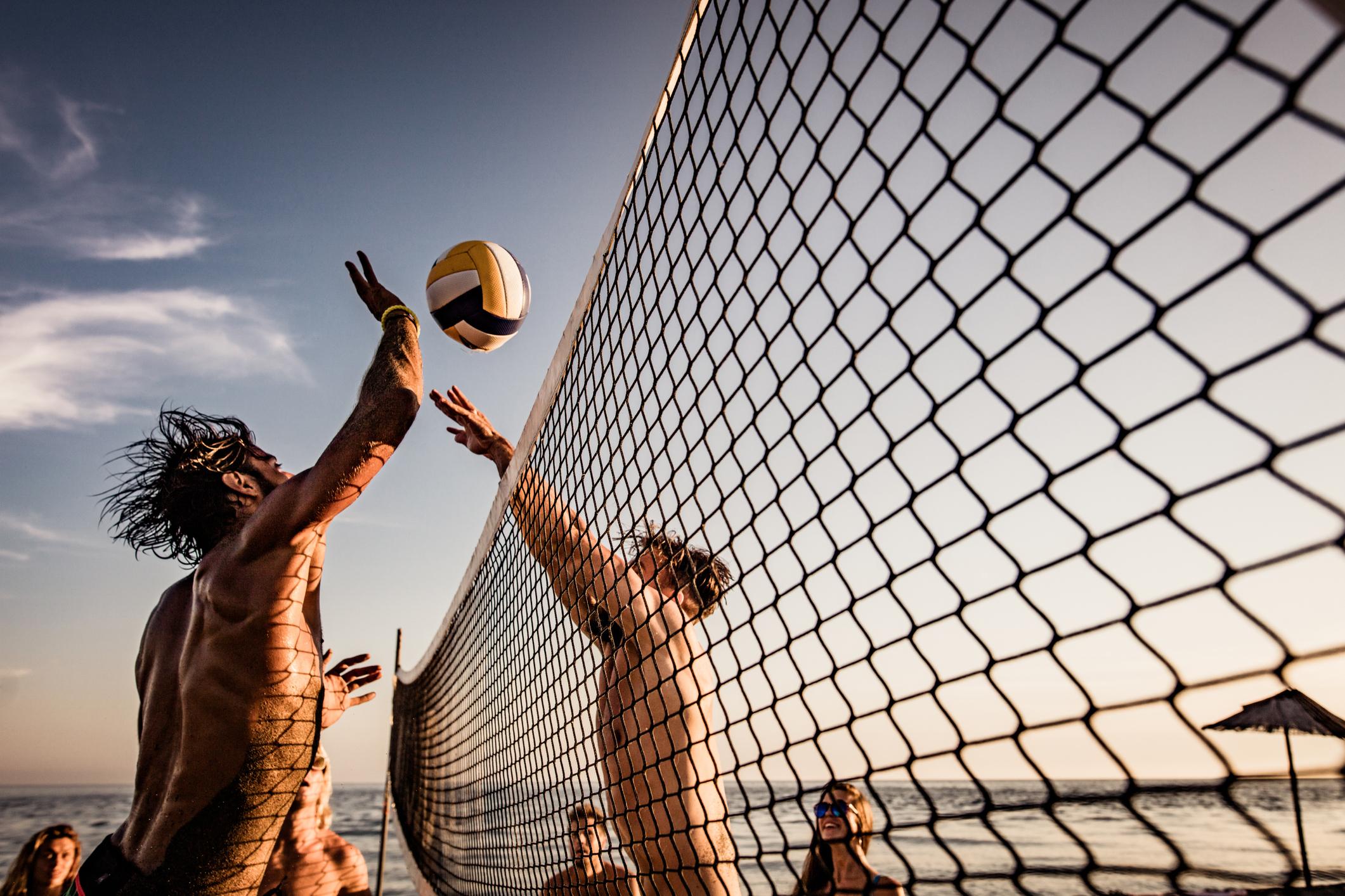 Ragazzi che giocano a beach volley Magna Grecia